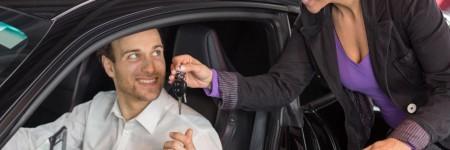 Frauen als Automobilverkäuferin